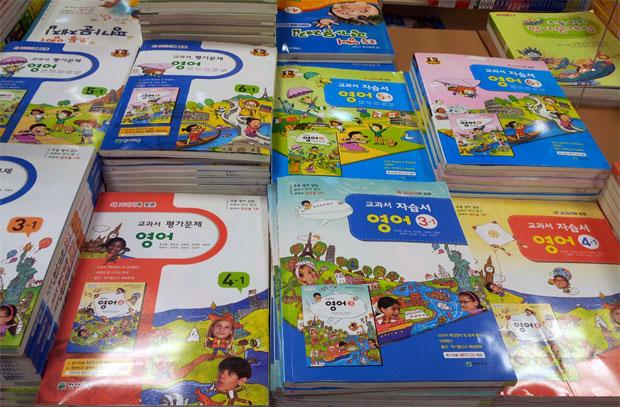 ↑小学生向けの英語の問題集。問題集の種類も複数あります。