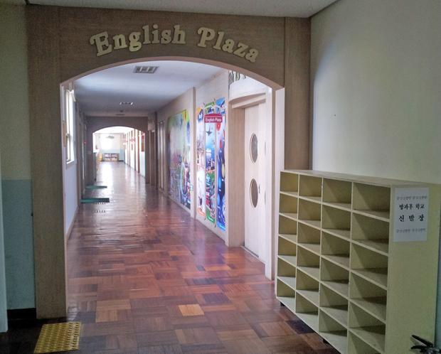 韓国の小学校内にある「英語ゾーン」。英語図書館や英語の授業で使用する教室があります。最近では、長期での早期留学よりも休みを利用してホームステイや短期留学に行く子供たちも増えています。