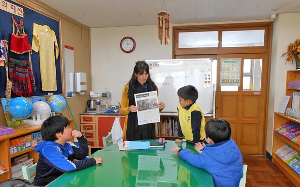 釜山市内にある小学校の、帰国クラスの英語授業。英語圏から帰国した児童を対象に、ネイティブスピーカー教師による英語力の持続のための授業も行われています。