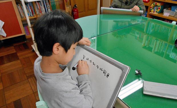 少人数制による韓国語の集中授業の様子。授業は学年別で行われます。