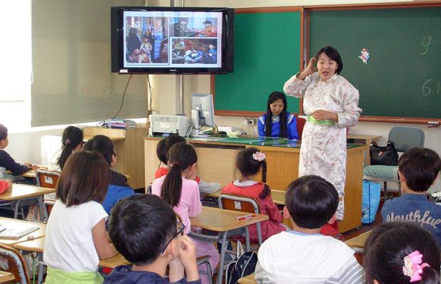 小学校での国際理解授業。韓国では、帰国児童のほかにも国際結婚家庭の児童も増加しているので、このような国際理解の授業も増えています。