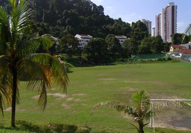 海を見下ろす高台にあり、ドリアンやジャックフルーツの木に囲まれた校舎、またペナンのインターでもっとも広いグラウンドがあります。