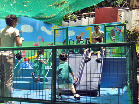 遊具も、小さな子供でも安全に遊べるよう配慮されています。