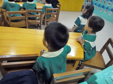 学年ごとに2クラスずつあって、1クラスにつき子供たちは15〜17名、担任の先生が2名という構成。