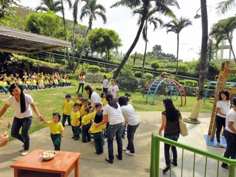 幼稚園の園庭。広々しています。