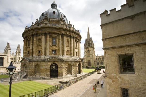 オックスフォード大学のカレッジに滞在しながら学びます。