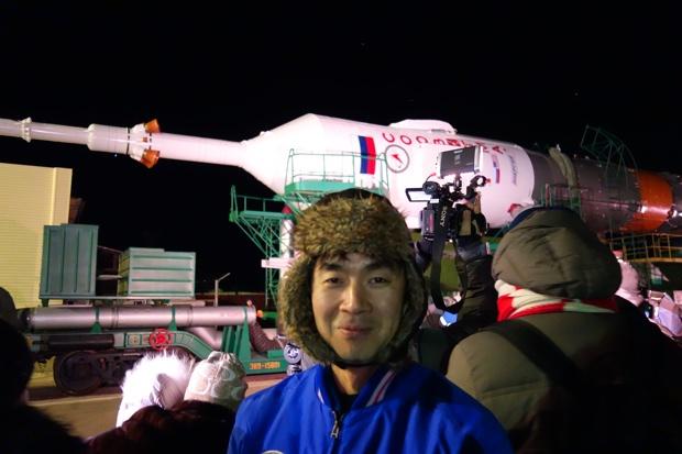 「ソユーズ宇宙船」のロールアウトを見学する油井宇宙飛行士。「JAXA」より提供。