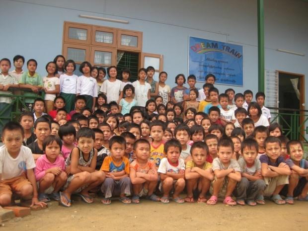 ミャンマーの養育施設「Dream Train」には、貧困から人身売買やHIV感染の危険にある子どもたち220人が暮しているのだそう。