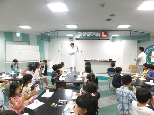 「夢・化学-21」委員会は、(公)日本化学会、(公)化学工学会、(公)新化学技術推進協会、(社)日本化学工業協会の産学4団体が、1993年に設立。若い世代に向けて化学と化学産業の啓発活動をしています。