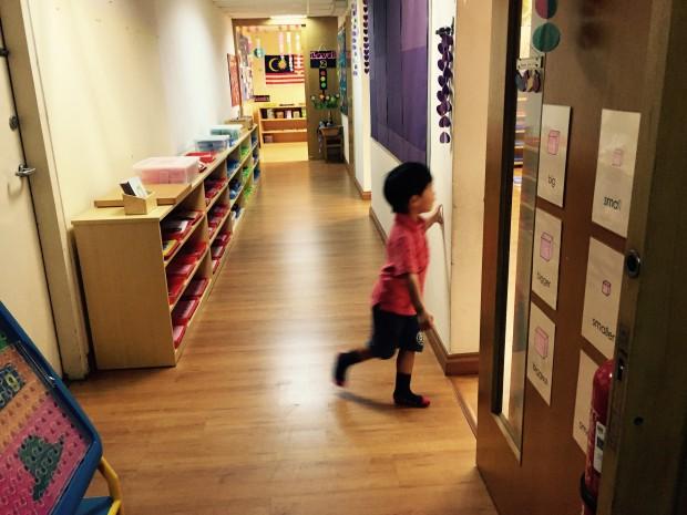 モンテッソーリの教具が並ぶ幼稚園