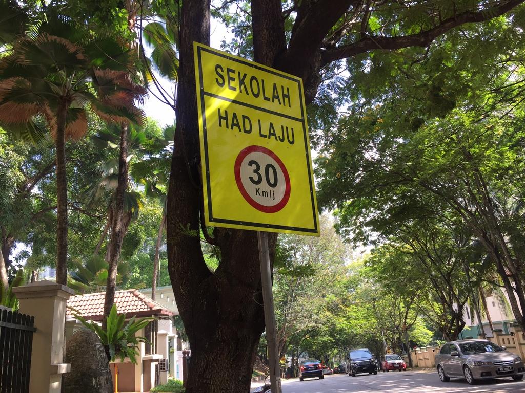 道路標識などはマレーシア語のみで書かれている場合が多い