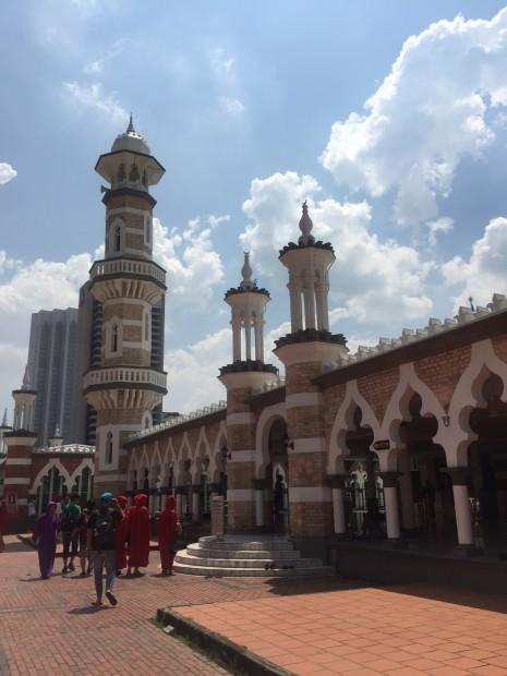 KLで一番古いモスク「マスジッド・ジャメ」の回廊。1909年にイギリス人建築家が建設。 北インドのムガール様式に影響を受けたイスラム寺院。