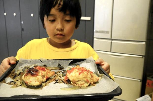 料理がしたい子供はキッチンでオリジナルレシピを考えて、実際に料理してみます。