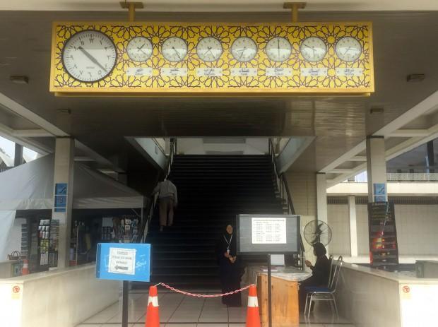 国立モスクの入り口にある時計。5回の礼拝時間と日の出、断食を始める時刻を示しています。