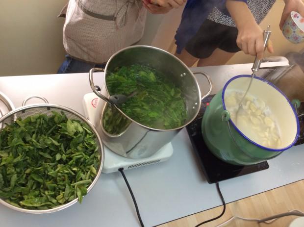 スイートリーフのスープを作っているところ