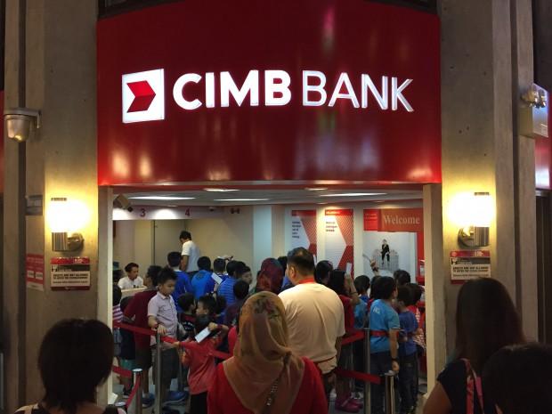 親たちが見守る中、まずは銀行で小切手を50キッゾに換金