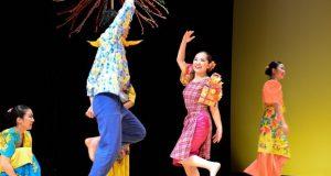 フィリピンのバンブーダンス「ティニクリン」。