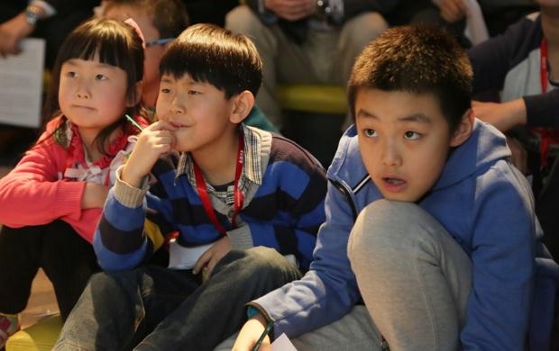 今年3月に中国で開催された、第1回イベントに参加した小学生たち。なるほど、この問題はこうやって解くんだね!