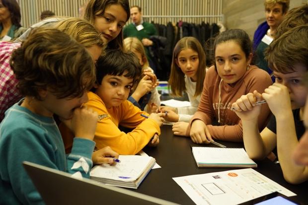 スペインで開催した「Global Math Challenge」イベント。思考回路をフル稼働させて、正解を考える小学生たち。