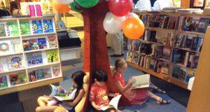 子どもたちが座ってゆっくり本を読めるスペースも