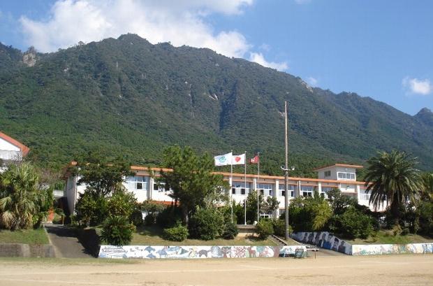 屋久島の南に位置する「八幡小学校」。