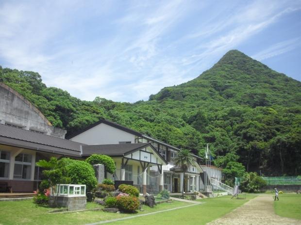 屋久島の南西部に位置する「栗生小学校」。「大川の滝」「青少年旅行村」「中間のガジュマル」「塚崎タイドプール」「石楠花(しゃくなげ)の森公園」などが近隣にあるのだそう。