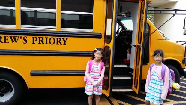 遠足では、スクールバスを利用して移動。