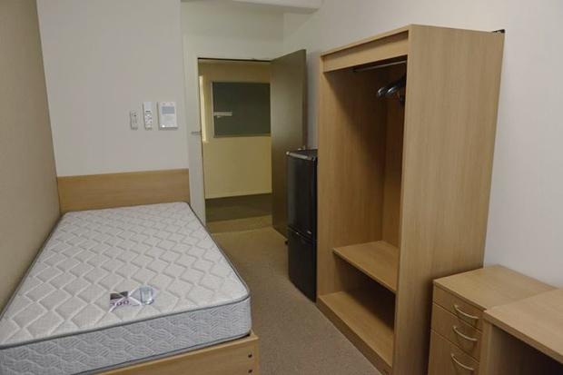 部屋には、デスク、椅子、本棚、照明器具、ワードローブ、靴箱、ベッド、カーテン、ゴミ箱、洗面台、冷蔵庫、冷暖房設備を完備。