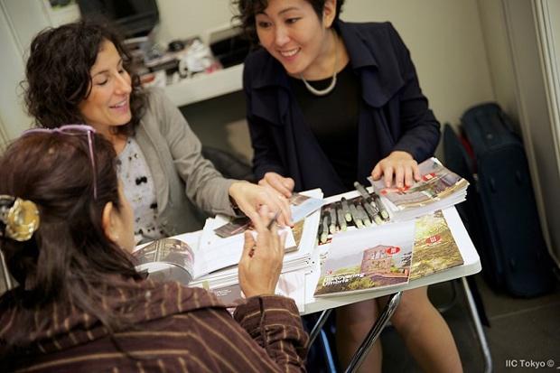 各ブースには日本人スタッフや通訳アシスタントが常駐しているので、日本語でのやりとりが可能。