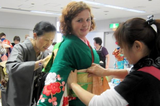 横須賀市では、着物体験や折り紙、書道講座も開催され、日本文化を通じた国際交流が図られています。