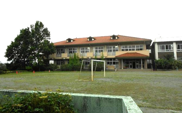 敷地内には、2階建ての校舎が2棟(約2500平米)があるほか、プール棟も。施設改修のうえ英語村が開村する予定。