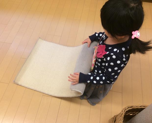 教具や用具を使うために広げていたマットも子どもたちが片付ける。