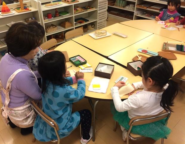 ひとりの先生が多数の子どもをみるのではなく、複数担任も特徴のひとつ。
