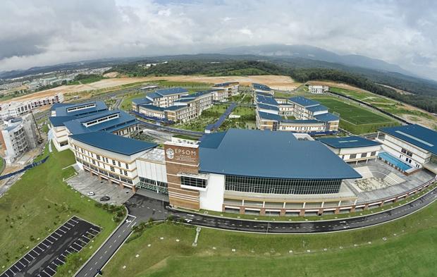 「クアラルンプール国際空港」からクルマで15分ほどで到着するキャンパス。東京ドーム14個分という広大な敷地内に、80もの教室と劇場、音楽スタジオ、スポーツセンター、学生寮14棟などを備える。