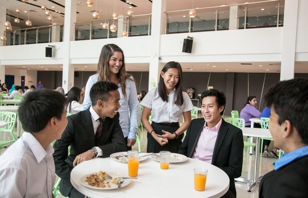 おもにシニアスクールとシックスフォームの生徒が使用している学食。高学年の生徒にもなると、まるで大学生のような大人びた雰囲気だ。