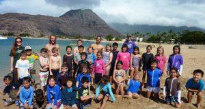 プログラムは、周辺のハイキングコースでの自然観察を中心に、毎週島内の生態系を探索する1〜2回の遠足も含まれています。