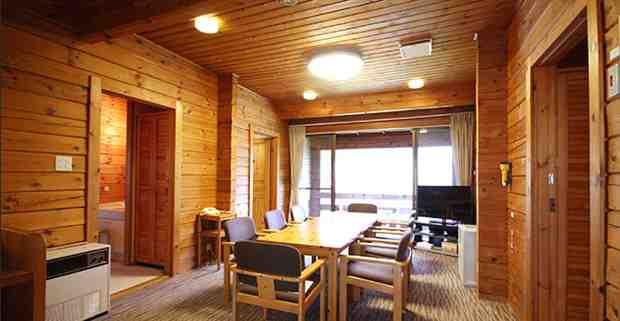 [キャプション]「軽井沢プリンス ウエスト」のコテージ(95平米)。開放感のある広いリビングと4つのツインルームを有しており、子ども8名と講師が寝食をともにする。