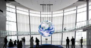 「ジオ・コスモス」は、1000万画素を超える高解像度で、宇宙空間に輝く地球の姿をリアルに映し出す地球型ディスプレー(日本未来科学館提供)。