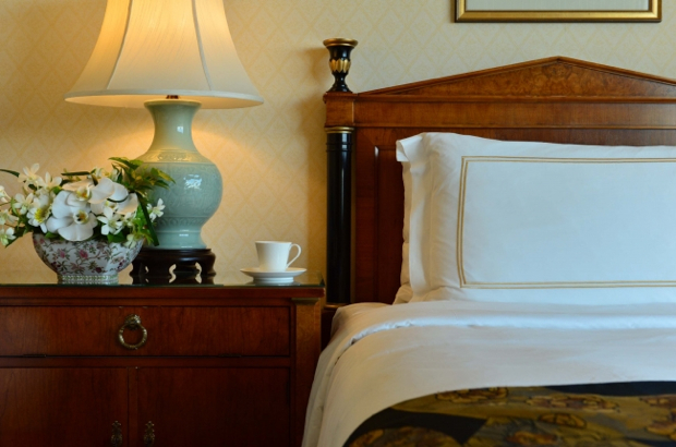綿100パーセントの枕カバー、シルクのような光沢と肌触りを生むスレッドカウント300のシーツ類、 羽毛掛け布団など、ホテルライフならではの心地いい時間が過ごせます。