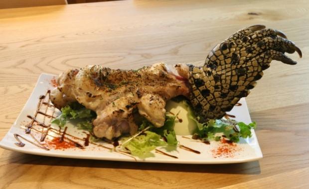 「ワニの手羽先」(3000円、ディナーのみ)。脂が乗った鶏ササミのようで、牛や豚よりもさっぱりとしたワニ。そんなワニの前足を、ワイルドな手羽として提供。