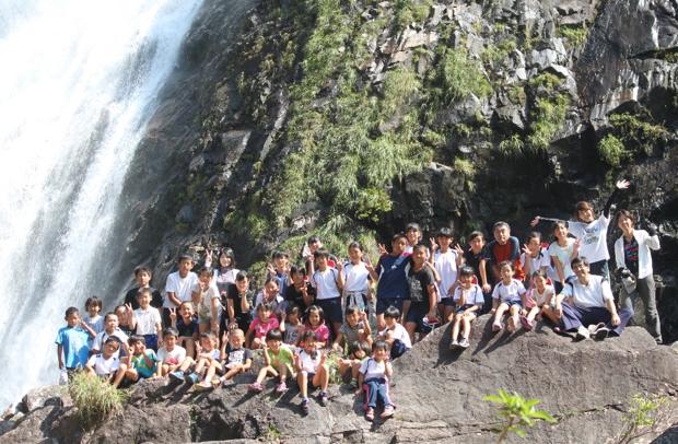 栗生地区にある「大川の滝」を訪れた、栗生小の子供たち。落差88メートルで、南九州一の滝なのだそう。