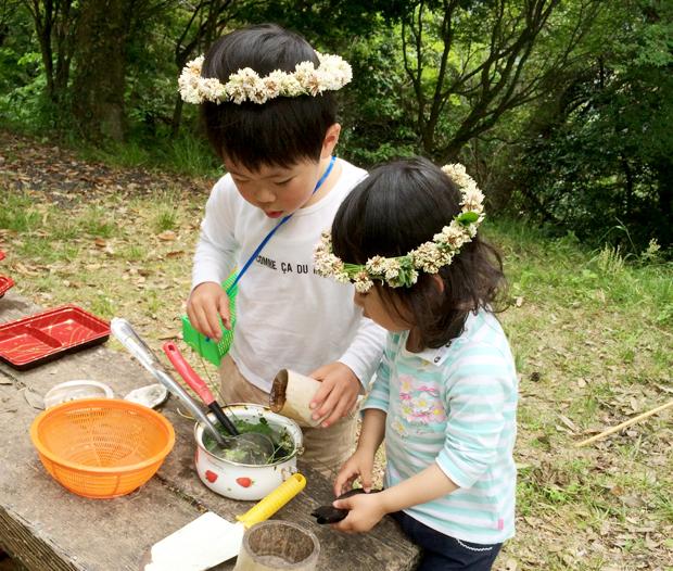 金光寺山にて森のようちえんを楽しむ子どもたち。