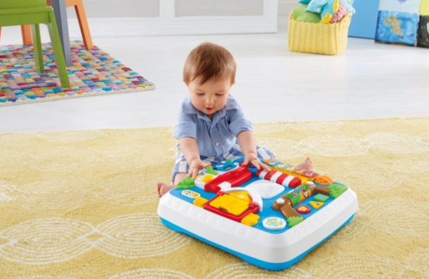 お座りの時期はテーブルの脚をつけずに座った状態で指遊び。つかまり立ちができるようになったらテーブルに脚をつけて、伝い歩きをしながら遊ぶことができますよ。