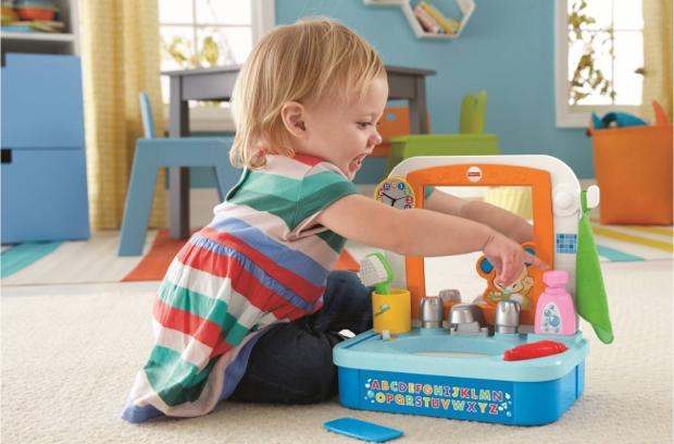 付属のクシやタオル、 歯ブラシや歯磨き粉、 石鹸を触るとライトアップ。ままごと遊びをしながら楽しく毎日の習慣が身につきます。