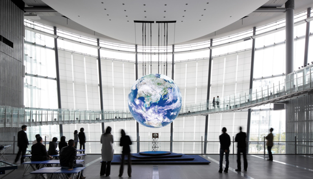 ジオ・コスモスは、館内1階のシンボルゾーンと、3階、5階の展示フロアから眺めることができる。