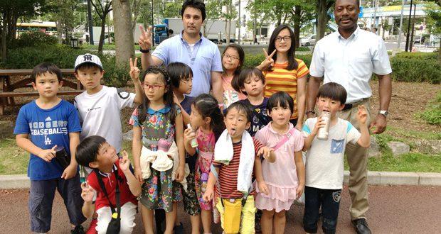 米国(ハワイ)やネパールからの先生、日本人留学生などが子どもたちをサポート。