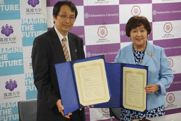 お茶の水大学のニュースリリースより。筑波大学・永田学長(左)、お茶の水大学・室伏学長(右)。