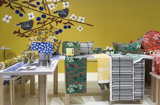 「Almedahls(アルメダールス)」は、1846年創業のスウェーデンでももっとも知られたファブリックメーカーのひとつ。ホームインテリアでは1950~70年代に活躍したデザイナーのパターンを多く用いており、センスもバツグン 。