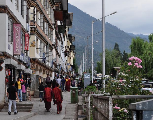 北は中国、東西南はインドと国境を接し、高い山々に囲まれたブータン。 長年の鎖国政策もあり、その街並は、まるでタイムスリップしたかのよう(提供:ブータン政府観光局)。