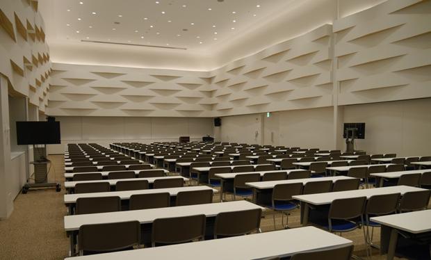 収容人数200名の大規模なセミナールーム(写真)のほか、20名程度が打ち合わせをしながら資料を利用できるグループ閲覧室、カフェスペースも設置(東京都のサイトより)。